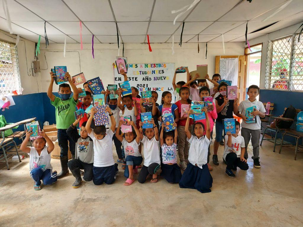 Niños de la Escuela San Francisco de Asís de la comunidad San Miguel #1 posan sonrientes con sus útiles escolares.