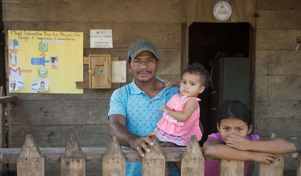 Francisco Acuña Olivas, delegado de quejas de la comunidad Bethel #2 con dos de sus hijas.