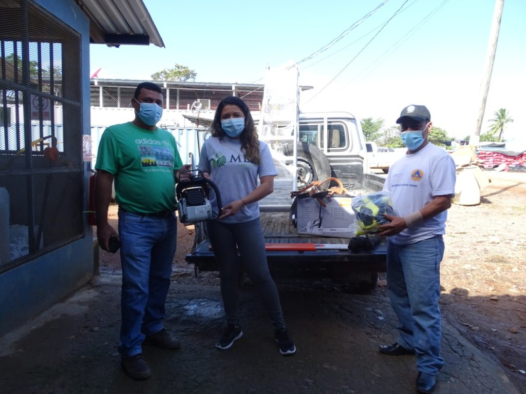 Las autoridades municipales de Siuna reciben la donación realizada por MLR Forestal.